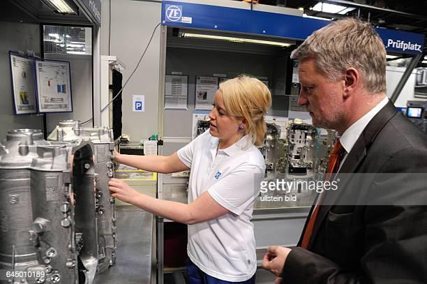 Beim Girls Day bei der ZF Friedrichshafen AG in Saarbrücken können Schülerinnen einen Einblick in Berufe im Bereich Industrie gewinnen Im Bild...