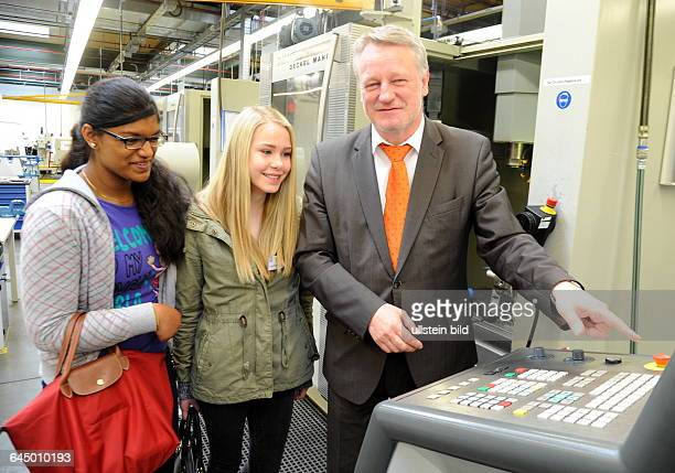 Beim Girls Day bei der ZF Friedrichshafen AG in Saarbrücken können Schülerinnen einen Einblick in Berufe im Bereich Industrie gewinnen Im Bild Die...