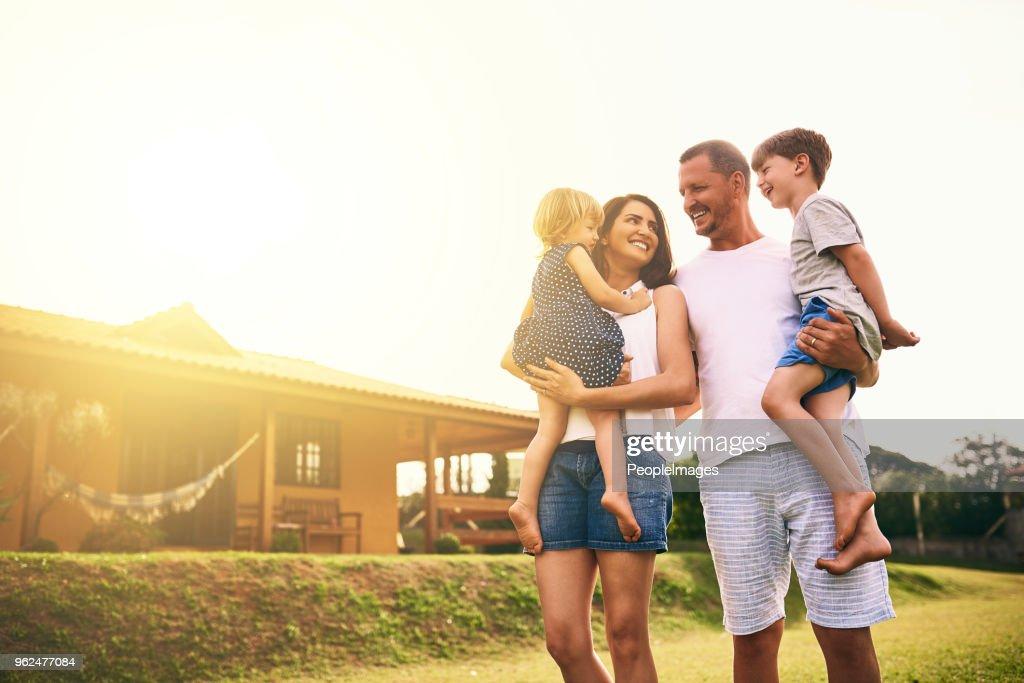 Ser uma família significa ser parte de algo muito maravilhoso : Foto de stock