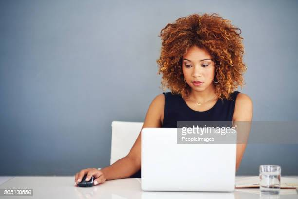 als een succesvolle zakenvrouw neemt focus, vastberadenheid en passie - lichaamshouding stockfoto's en -beelden