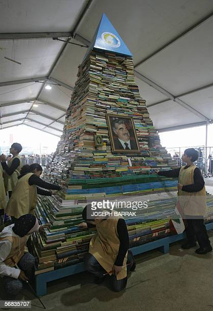 Lebanese school children look 13 February 2006 at a pyramid of 35000 books representing the number of Lebanese students whose university studies were...