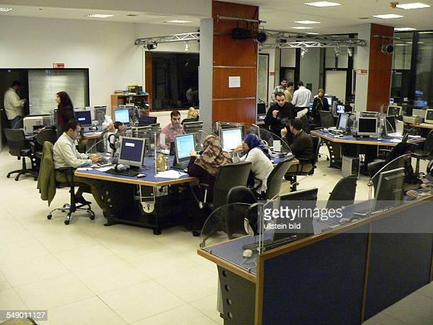 Beirut Libanon Redaktion des HisbollahSender Al Manar das Studio und auch die Redaktionsräume liegen unterirdisch vier Etagen tief