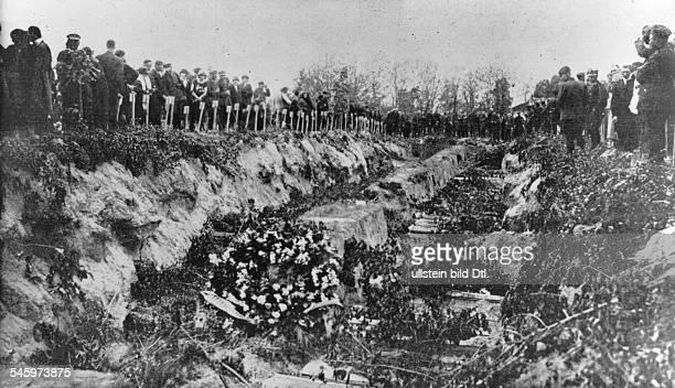 Beisetzung von Opfern der Strassenkämpfein einem Massengrab am Rande von Warschau- Mitte Mai 1926