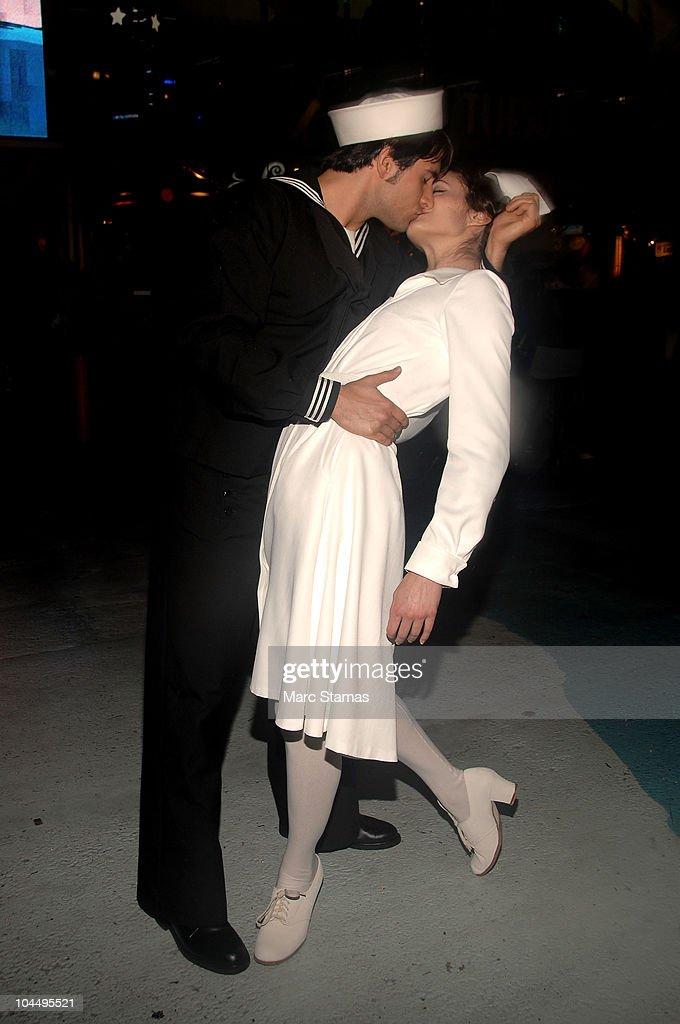 Metropolitan Opera's 2010-11 Season Opening Night Times Square Simulcast : News Photo