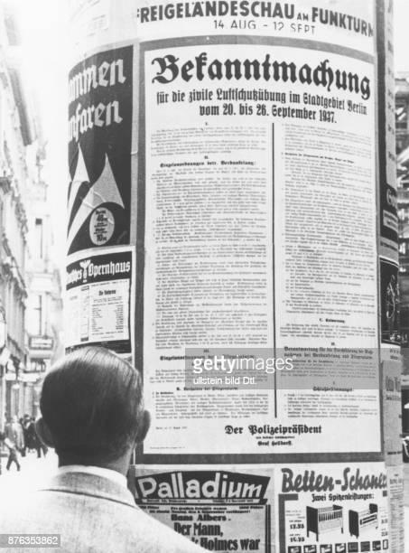 Bekanntmachung zur ersten grossen zivilen Luftschutzübung an einer Berliner Litfaßsäule September 1937