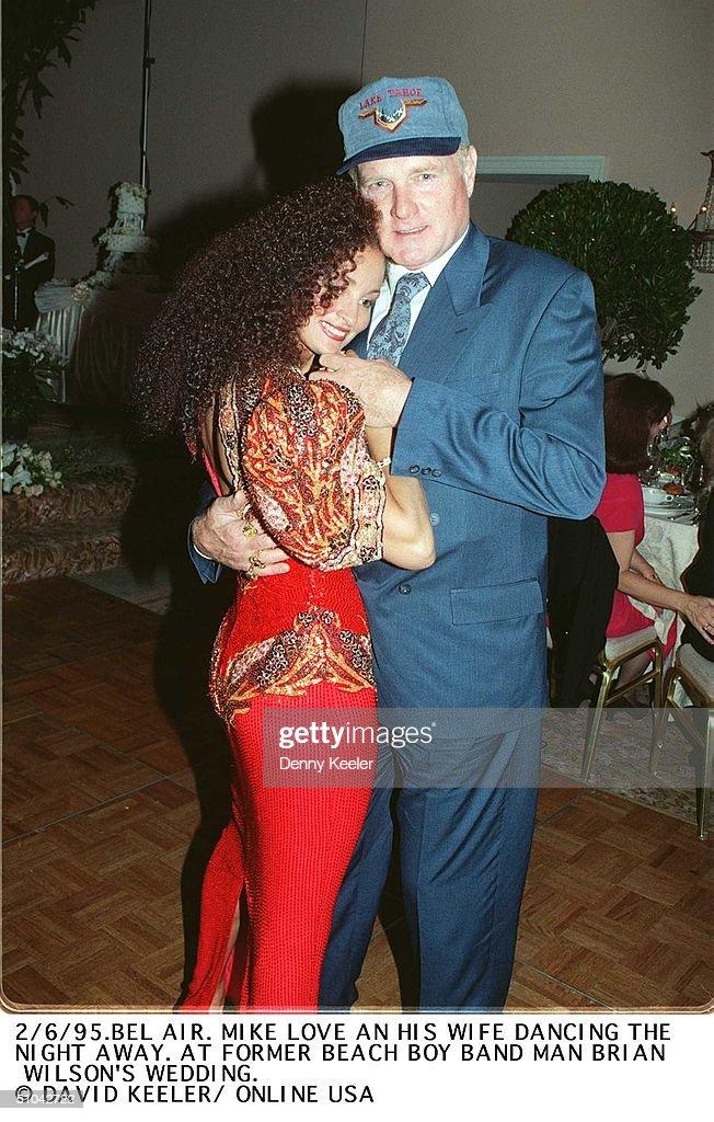 Bel Air Mike Love And His Wife Dancing At Brian Wilson's Wedding : Fotografía de noticias