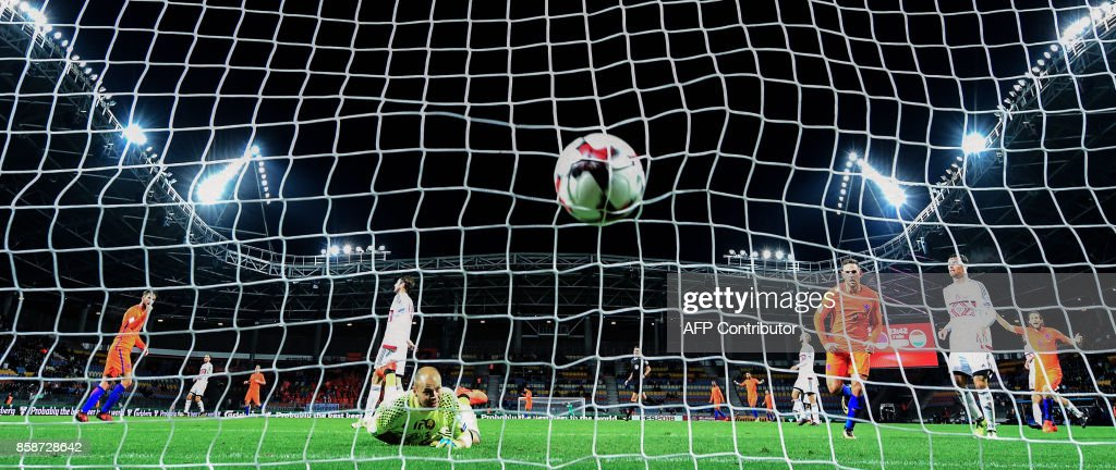 Belarus' goalkeeper Sergei Chernik fails to stop the ball during the FIFA World Cup 2018 qualification football match between Belarus and the Netherlands in Borisov, outside Minsk, on October 7, 2017. / AFP PHOTO / Yuri KADOBNOV