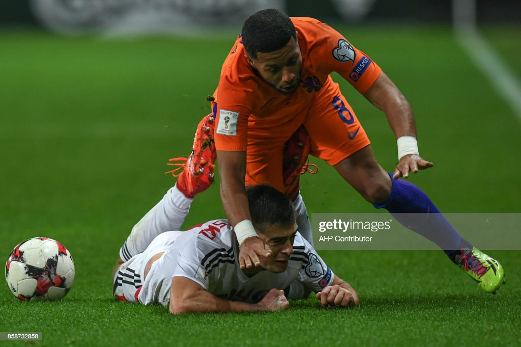 Belarus' midfielder Aleksandr Karnitski and The Netherlands' Tonny Vilhena vie for the ball during the FIFA World Cup 2018 qualification football match between Belarus and the Netherlands in Borisov, outside Minsk, on October 7, 2017. / AFP PHOTO / Yuri KADOBNOV