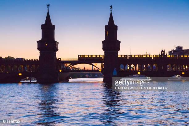 beleuchtete u-bahn fährt über die oberbaumbrücke - u bahn stock pictures, royalty-free photos & images