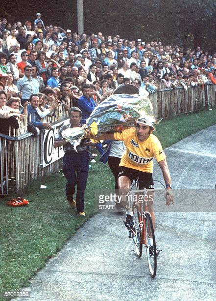 Belgian champion Eddy Merckx does a victory lap 21 July 1974 at the velodrome municipal in Vincennes after winning the Tour de France for the fifth...