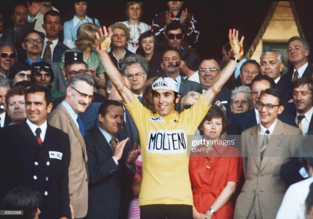 Belgian champion Eddy Merckx rises his arms as vic : Photo d'actualité