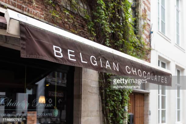 belgischer schokoladenladen in antwerpen, belgien - antwerp city belgium stock-fotos und bilder