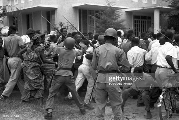 Ceremony Of Independence. Les fêtes de l'indépendance congolaise à LEOPOLDVILLE : soldats maîtrisant des manifestants dans la région du Nord-Est du...