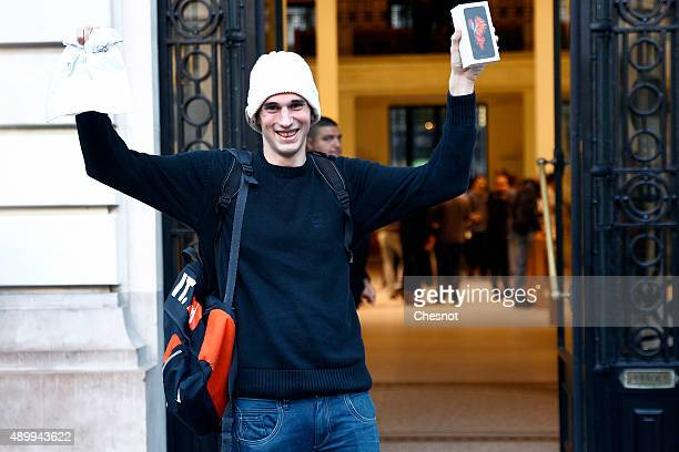 Belgian Jonathan Pierrard is the first customer to leave the Apple Store in Opera with the new iPhone 6s on September 25 2015 in Paris France Apple...