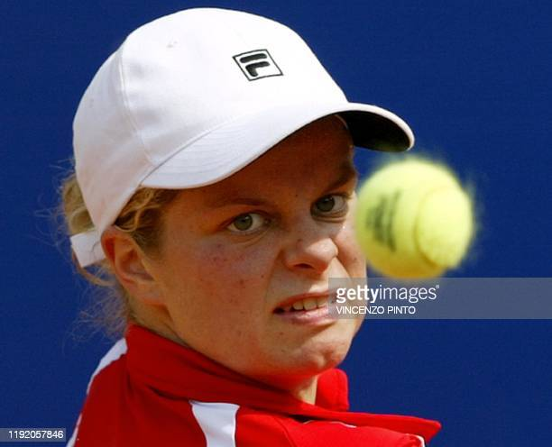 Belgian Kim Clijsters returns a backhand to French Amelie Mauresmo during their final match in the tennis Rome Masters Series 18 May 2003 at the Foro...