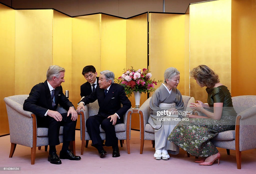 Belgian King Philippe (L), Japanese Emperor Akihito (3rd-L), Japanese Empress Michiko (2nd-R) and Belgian Queen Mathilde (L) talk after a concert at Kioi Hall in Tokyo, on October 13, 2016. The Belgian royal couple is on a state visit to Japan. / AFP / POOL / Eugene Hoshiko