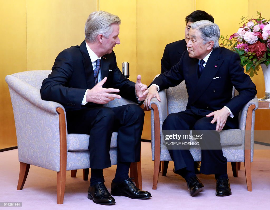 Belgian King Philippe (L) talks to Japanese Emperor Akihito after a concert at Kioi Hall in Tokyo, on October 13, 2016. The Belgian royal couple is on a state visit to Japan. / AFP / POOL / Eugene Hoshiko