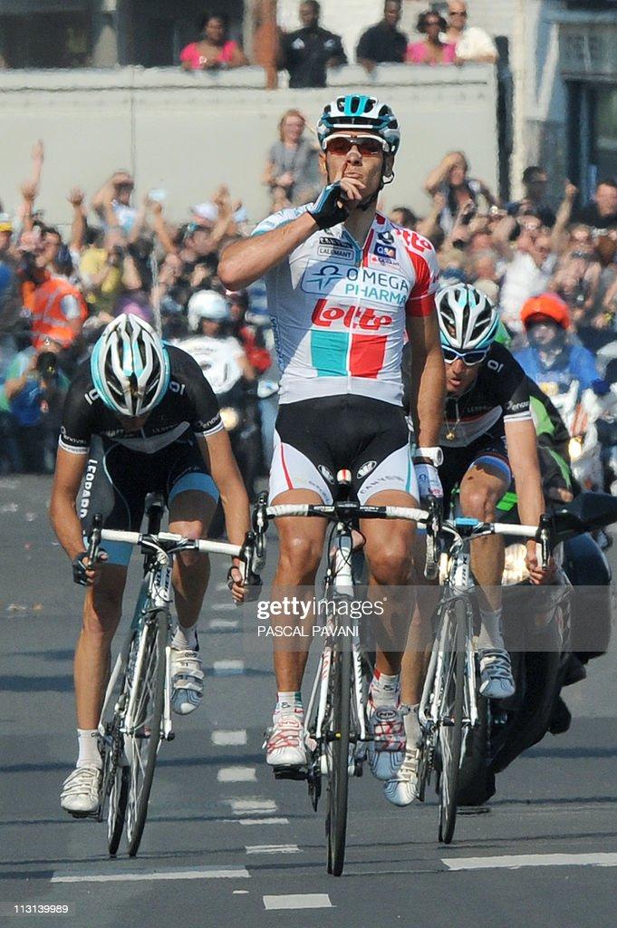Belgian Philippe Gilbert (R) celebrates : ニュース写真