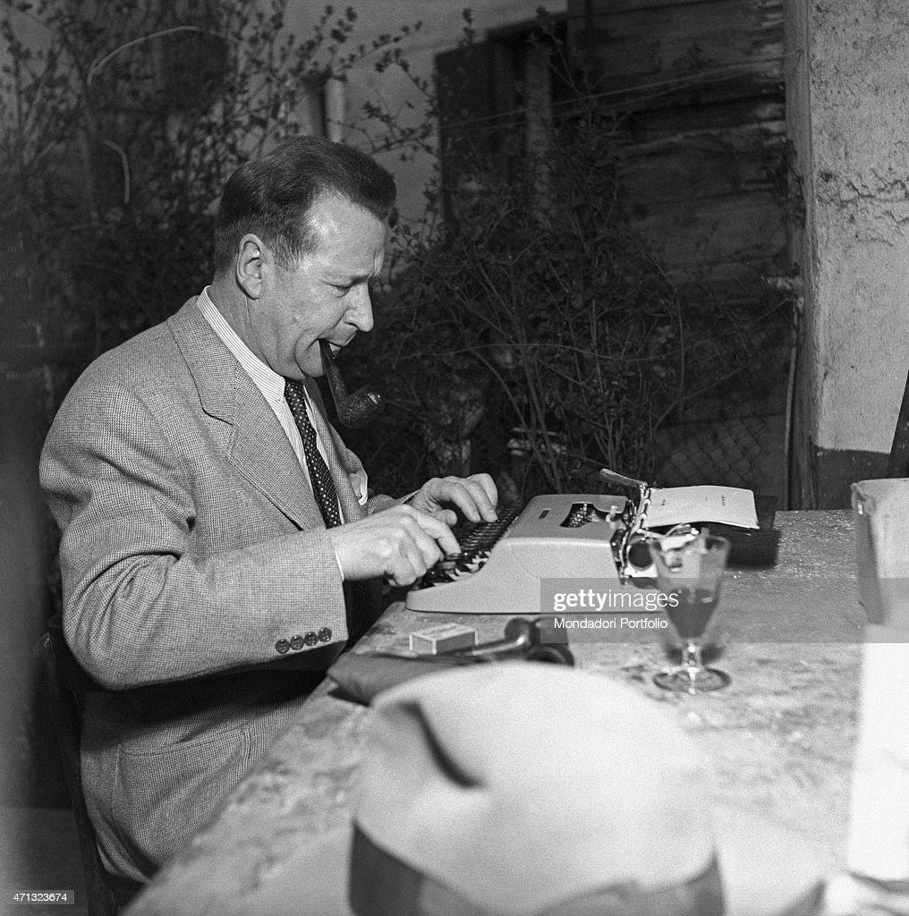 Georges Simenon typewriting : News Photo