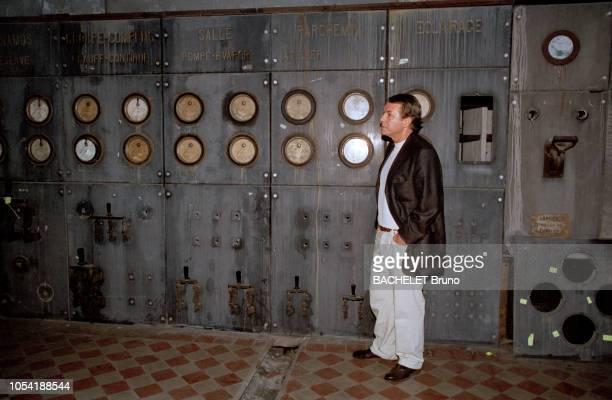 Belgique octobre 2001 Closeup sur Salvatore Adamo chez lui à Uccle avec son épouse Nicole Salvatore ADAMO dans une salle des commandes lors de la...