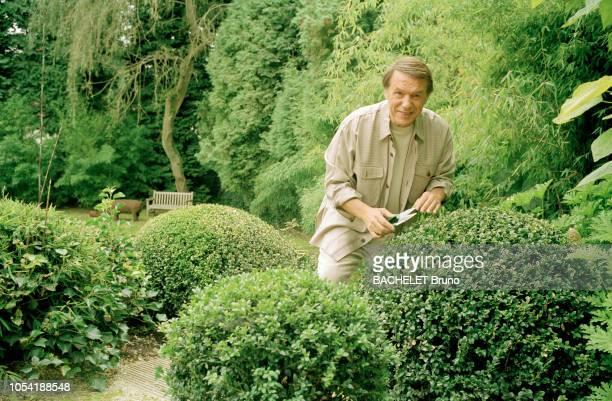 Belgique octobre 2001 Closeup sur Salvatore Adamo chez lui à Uccle avec son épouse NicoleIci taillant ses massifs dans le jardin souriant de face à...