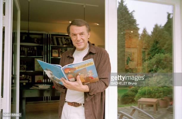 Belgique octobre 2001 Closeup sur Salvatore Adamo chez lui à Uccle avec son épouse Nicole Ici posant dans l'entrebâillure d'une portefenêtre de face...