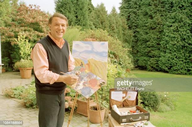 Belgique octobre 2001 Closeup sur Salvatore Adamo chez lui à Uccle avec son épouse Nicole Salvatore ADAMO peignant un tableau sur chevalet dans le...