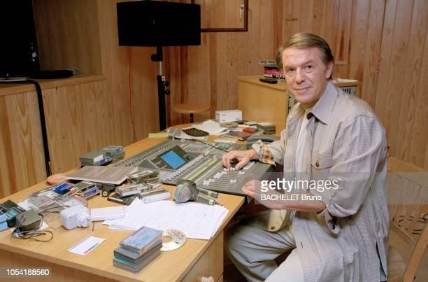 Belgique octobre 2001 Closeup sur Salvatore Adamo chez lui à Uccle avec son épouse Nicole Salvatore ADAMO posant aux manettes d'une table de mixage