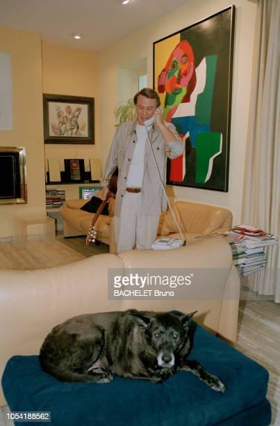 Belgique octobre 2001 Closeup sur Salvatore Adamo chez lui à Uccle avec son épouse Nicole Ici téléphonant dans le salon près de son chien