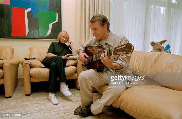 Belgique octobre 2001 Closeup sur Salvatore Adamo chez lui à Uccle avec son épouse Nicole Salvatore ADAMO jouant de la guitare en présence de son...