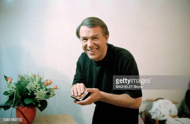 Belgique octobre 2001 Closeup sur Salvatore Adamo chez lui à Uccle avec son épouse Nicole Portrait de Salvatore ADAMO souriant dans une loge en train...