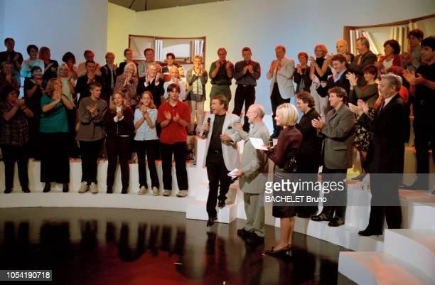Belgique octobre 2001 Closeup sur Salvatore Adamo chez lui à Uccle avec son épouse NicoleIci au micro sur le plateau d'une émission de télévision...