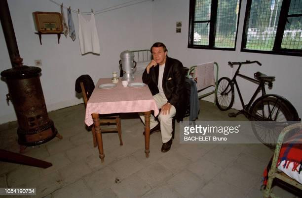 Belgique octobre 2001 Closeup sur Salvatore Adamo chez lui à Uccle avec son épouse Nicole Assis à une table sur laquelle se trouvent deux assiettes...