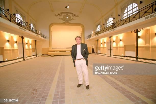 Belgique octobre 2001 Closeup sur Salvatore Adamo chez lui à Uccle avec son épouse Nicole Salavatore ADAMO posant dans une grande salle