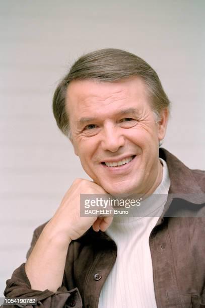 Belgique octobre 2001 Closeup sur Salvatore Adamo chez lui à Uccle avec son épouse Nicole Posant de face souriant le menton posé sur son poing