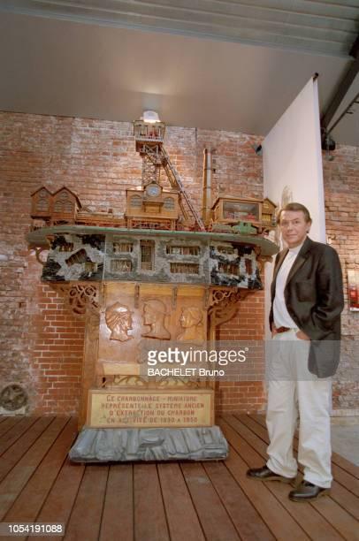 Belgique octobre 2001 Closeup sur Salvatore Adamo chez lui à Uccle avec son épouse Nicole Posant devant la maquette d'un système d'extraction du...
