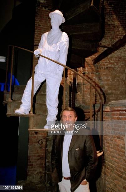 Belgique octobre 2001 Closeup sur Salvatore Adamo chez lui à Uccle avec son épouse NicolePosant en dessous d'un statue représentant un mineur lors de...