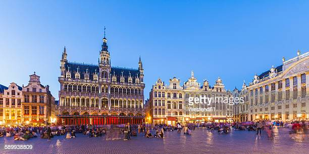 belgium, brussels, grand place, grote markt, maison du roi in the evening - brussels capital region stock pictures, royalty-free photos & images