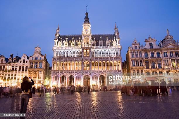 belgium, brussels, grand place, maison du roi, dusk - グランプラス ストックフォトと画像
