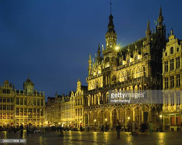 belgium, brussels, grand-place, maison du roi illuminated at night - グランプラス ストックフォトと画像