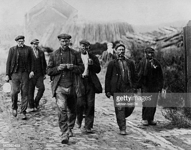Belgium: Charleroi miners on their way to the coal mines - 1905- Published by: 'Berliner Illustrirte Zeitung' 42/1905Vintage property of ullstein bild