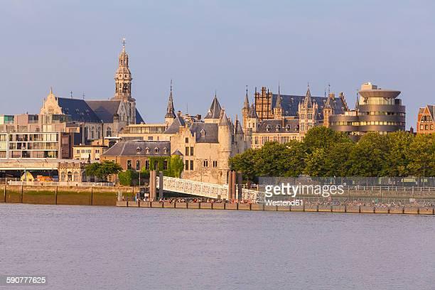 belgium, flanders, antwerp, cityview with steen castle, scheldt river - antwerpen stad stockfoto's en -beelden