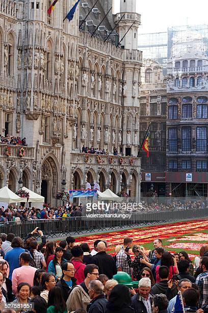 ベルギーフラワーエンディコットアーム festival 2014 年 - グランプラス ストックフォトと画像