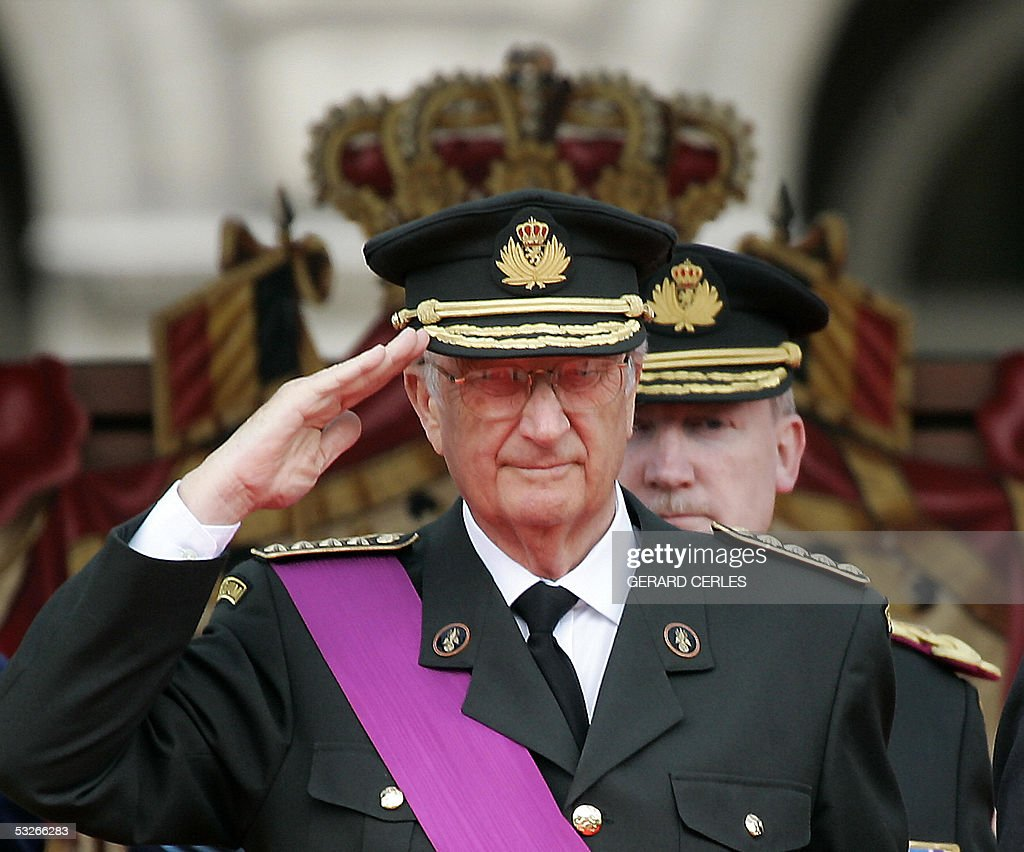 Belgium King Albert II salutes during th : News Photo