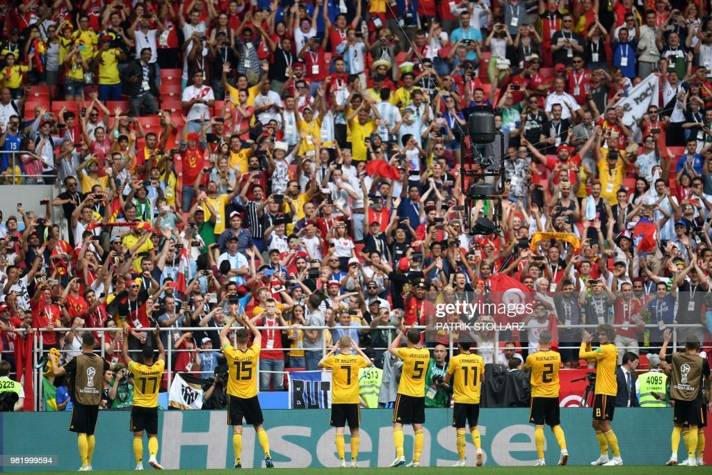 TOPSHOT - Belgium players greet their fans after the Russia 2018 World Cup Group G football match between Belgium and Tunisia at the Spartak Stadium in Moscow on June 23, 2018. (Photo by Patrik STOLLARZ / AFP) / RESTRICTED