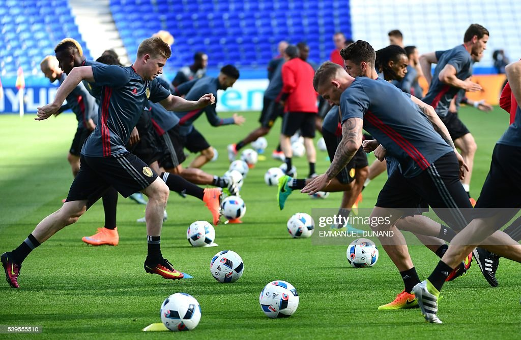 Belgium players take part in a training session in Lyon, on June 12, 2016 on the eve of the Euro 2016 football match Belgium against Italy. / AFP / EMMANUEL