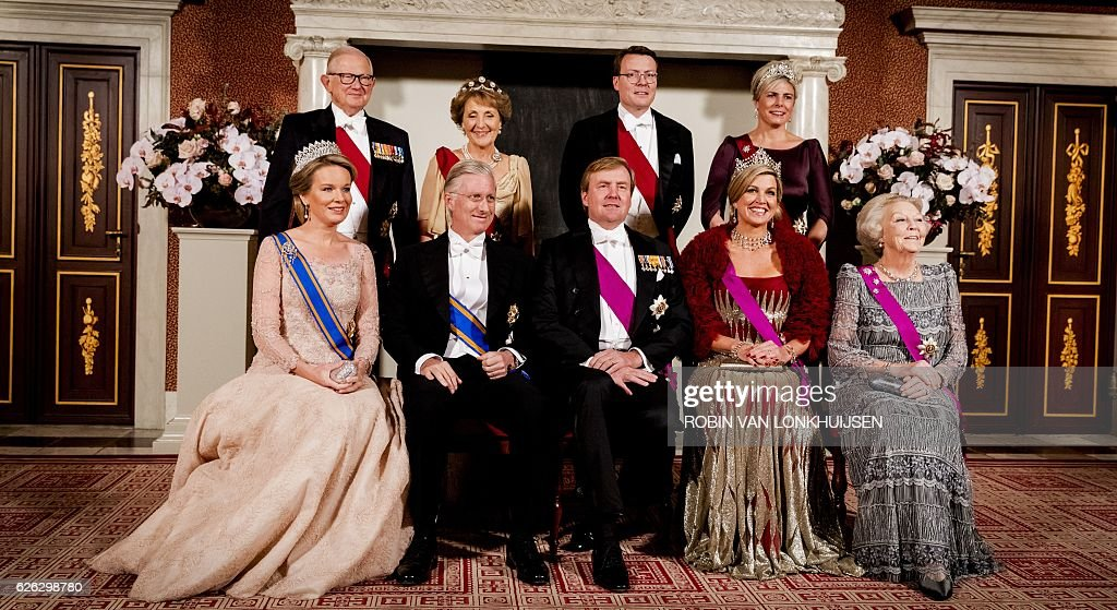 Belgium Queen Mathilde, Dutch prince Piet van Vollenhoven, Belgium King Philippe, Dutch princess Margriet van Vollenhoven, King Willem-Alexander, prince Constantijn, Queen Maxima, princess Laurentien and prinses Beatrix pose for a official portrait at the Royal Palace in Amsterdam, on November 28, 2016. The Belgium royal couple arrived for a three-day state visit to the Netherlands. / AFP / ANP / Robin van Lonkhuijsen / Netherlands OUT