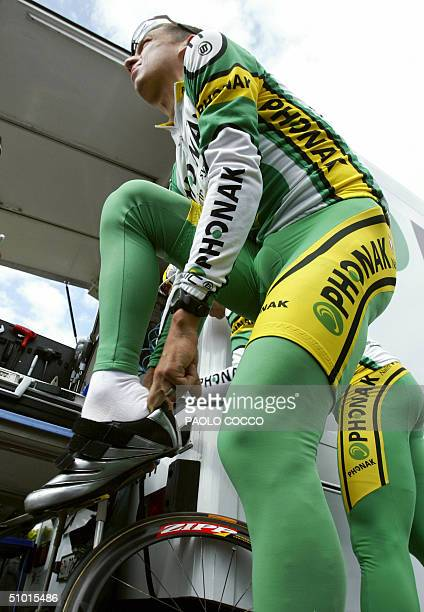 Tyler Hamilton puts on his shoes before a training session in front of Post Hotel in Herstal, 01 July 2004 near Liege, two days before the official...