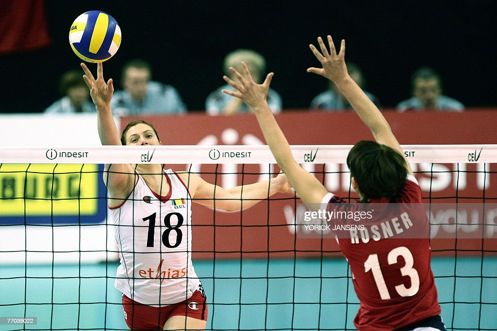 Belgium's Anja Van Damme (L) and Poland' : News Photo