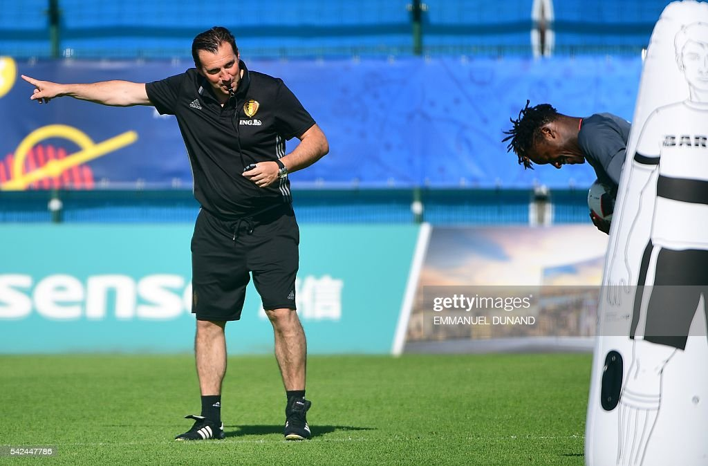 Belgium's coach Marc Wilmots (L) and Belgium's forward Michy Batshuayi take part in a training session for the alternate players in Le Haillan during the Euro 2016 football tournament on June 23, 2016. / AFP / EMMANUEL